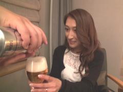 20代の人妻 膣壁をギュッとしながら 中はダメ…? ビールもSEXも生が最高! ...