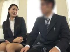 巨乳先輩女子社員が後輩の童貞社員に素股でセックス指南!
