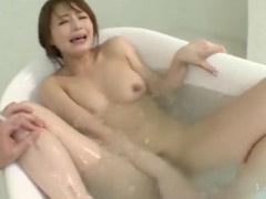 入浴中のお姉さんが突然現れた男にオモチャ挿入されて睨みながら悶絶w