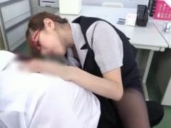 既婚者の部長をオフィスで手コキ責めするメガネ巨乳OL
