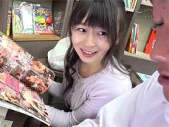 本屋で勉強漬けの男子学生にエロ本見せつけて誘惑する人妻