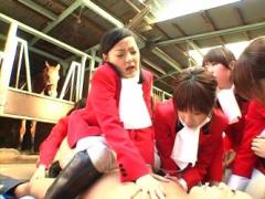 馬の前で…女子大の乗馬部員たちがコーチの馬並みチ○ポにまたがってリズミ...