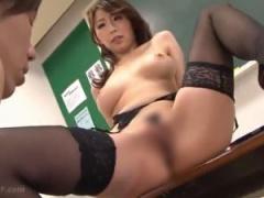 巨乳痴女教師が大股開きで誘惑する濃厚セックス! !