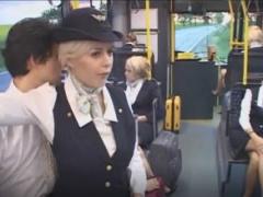 白人CAだらけの空港バスに入り込んでCAを痴漢しまくる!