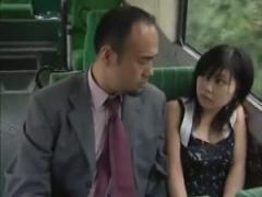 バスで隣に座ったオッサンと美女が下半身を触りあう