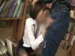 図書室で隠れて男のチンポをしゃぶりまくるOL