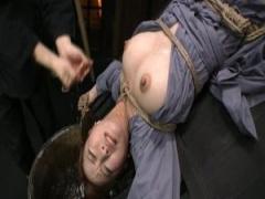 戸板に固定された女囚 美咲結衣が心身を苛む過酷な責めに号泣