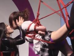 中国で開催された公開緊縛ショーでボンデージ女王によってJK制服M女が宙吊...