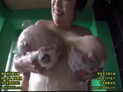 誰かに気付かれたらアウト! 温泉旅館の男湯脱衣所、浴場で男優とドキドキ...