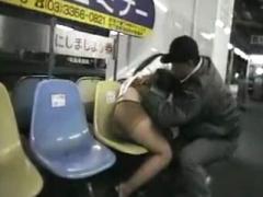 素人泥酔痴漢 飲み過ぎヨッパなミニスカパンストギャルが駅ホームに落ちて...
