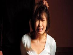 妻が誘拐犯に監禁凌辱! 届いた動画には肉棒を咥えさせられ犯される妻の姿が