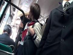 満員のバスで痴漢に狙われた大人しそうな女子校生 抵抗むなしく激しい手マ...