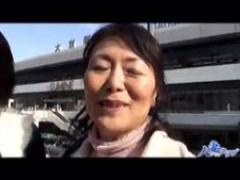 六十路と五十路の高齢女性2人が大宮駅前で熟女逆ナンパしちゃいます…おじ...