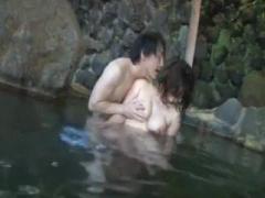 混浴露天風呂にやってきた巨乳人妻を温泉内で痴漢 デカチンしゃぶらされ生...