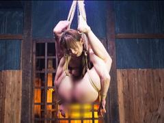 奇形達磨縛りで宙吊り緊縛されたM女が身動きできない状態で強制イラマ奉仕...