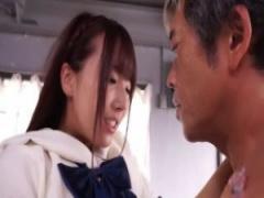 巨乳美少女JKがおじさんとイチャイチャSEX 熟練のテクニックにセーラー服...
