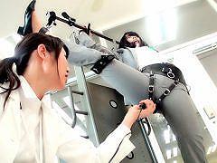 回転数を大幅に増やし、どの体勢が一番電マの刺激を感じるのに適している...