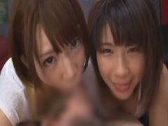 ショートヘアの美少女二人が一つのちんぽを取り合うダブルフェラ