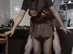 個人撮影 夫婦の営み 台所で妻のスカートを捲り上げ立ちバック。挿入から...