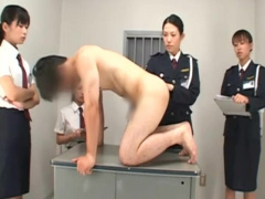 女性看守たちの前で全裸で四つん這い…丸見えのケツ穴に指入れ、剥き出しチ...