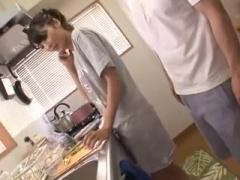 近親相姦 親がすぐ近くにいるのに、台所でこっそりバレないようにヤっちゃ...