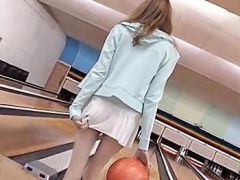スレンダーなブロンド美少女がノーパン超ミニスカでボーリング! おマ〇コ...