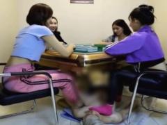 4人のアジアン美女に足置き台にされ踏まれて蹴られて足責めでボコボコにさ...