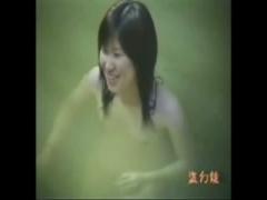 温泉盗撮 ピチピチの美少女の入浴と全裸を捉えた盗撮映像が流出