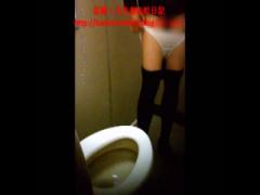 トイレ盗撮 潔癖症なのか! ?なぜか洋式トイレに座らず中腰で用を足すお姉...