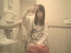 トイレ盗撮 めちゃカワ美女が下半身丸出しで自撮りwwwトイレの隠しカメラ...