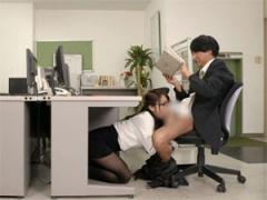 こっそりと机の下で無言でチンコをしゃぶる痴女OL