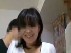 個人撮影 レンタル人妻! 旦那の前で笑顔で他人チ○ポをハメられる地味なのにクソエロな熟女奥さま!