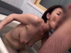 六十路の熟女母とお風呂で愛欲セックス! 還暦人妻