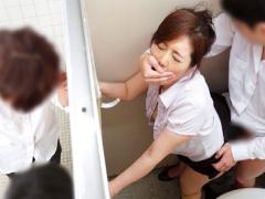 巨乳の人妻教師が生徒に不倫を見られ脅迫され学校のトイレで迫られてバレ...
