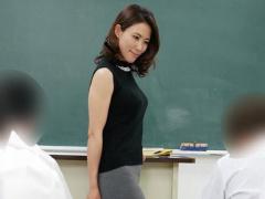 四十路の美人女教師が教え子と学校のトイレで中出しセックス ️ 人妻主婦NTR