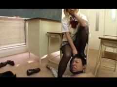 金髪のギャルJKに罵られながら足コキされるM男教師 黒タイツのJK足に真っ...