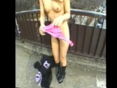 野外露出 人混みの中で下着姿を晒す変態ギャル、ついに道端で全裸になり羞...
