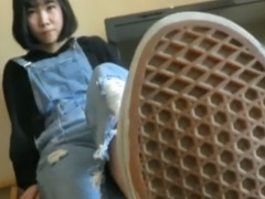 おかっぱヘアのかわいい女の子の足置きになり靴裏を舐めさせられご奉仕す...