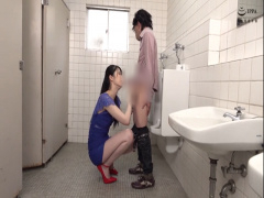 長身のスレンダー美女がトイレに来た男性にいきなりフェラ手コキと顔面騎...