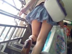 素人個人撮影 人通りの多い場所でピチピチギャルお姉さんのスカートめくり...