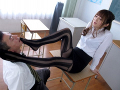 痴女 女教師のタイトスカートに興奮した教師のチンポを足コキ責め! エロい...