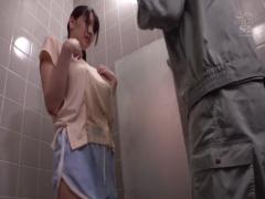 シャワーを修理している水道屋さんをうっかり誘惑してしまうノーブラ巨乳...