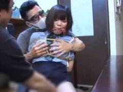 監禁拘束された婦警が胸を揉みしだかれマンコを撫で回されるwww