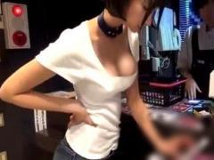 スタイル抜群なセクシー女優が個室ビデオ店のお客さんのお部屋に突撃して...