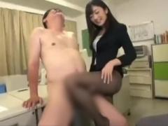 むっちり太ももが眩しいミニスカパンストの美人OLに誘惑され社内で膝コキ...