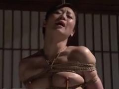 緊縛された人妻熟女を鞭打ちスパンキング蝋燭責め調教拷問