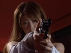 超ロングヘアが魅惑的な巨乳女性捜査官が逮捕したはずの凶悪犯の罠に嵌め...