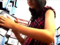 盗撮パンチラ 私服のJK風美少女ギャルに超接近してフロント側パンティ撮影...