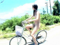 ガチ露出 沖縄で真夏の陽光を浴びて全裸サイクリングに興じる変態女がエロ...