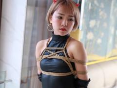 アジア美女 小悪魔姿の金髪黒レオタード美女を緊縛拘束して調教SMプレイ